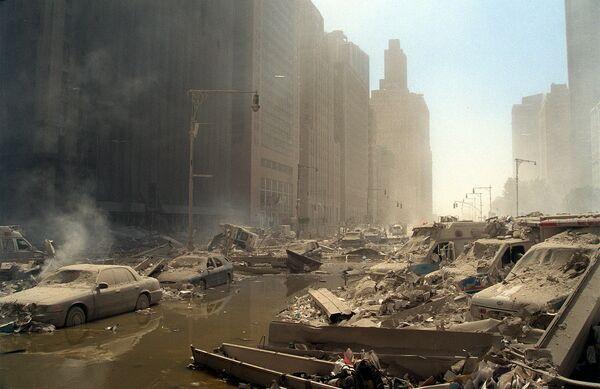 La organización terrorista Al-Qaeda (prohibida en Rusia) se atribuyó la responsabilidad de los ataques terroristas. En la foto: una calle del Bajo Manhattan después del colapso de las torres del World Trade Center. - Sputnik Mundo