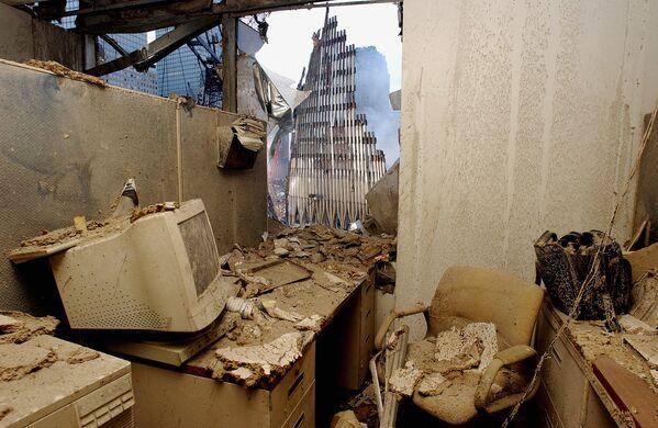 Una oficina destruida y una vista de las ruinas del World Trade Center en Nueva York, pocos días después del ataque terrorista. - Sputnik Mundo