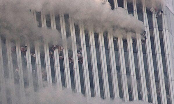 Al menos 600 personas murieron en los pisos superiores del WTC-2. Unas 200 personas atrapadas en los pisos superiores de las torres saltaron para evitar morir quemados. Su caída fue observada por numerosos testigos. En la foto: personas en los pisos superiores de la torre WTC-1 después del ataque terrorista. - Sputnik Mundo