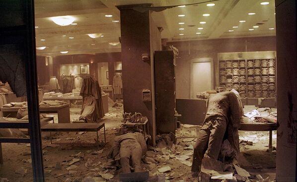 Los escombros en el lugar del colapso de las torres del WTC siguieron ardiendo durante otros 99 días. La limpieza completa del territorio no se completó hasta marzo de 2002. En la foto: una tienda destruida cerca del World Trade Center después del ataque terrorista en Nueva York. - Sputnik Mundo