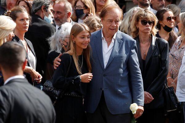 La hija de Jean-Paul Belmondo Stella abandona la iglesia de Saint-Germain-des-Pres. - Sputnik Mundo