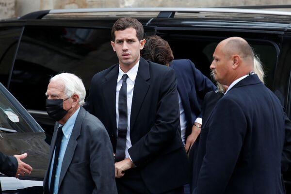 El actor será incinerado en la más estricta intimidad. En la foto: el nieto de Belmondo Victor acude al funeral de su abuelo. - Sputnik Mundo