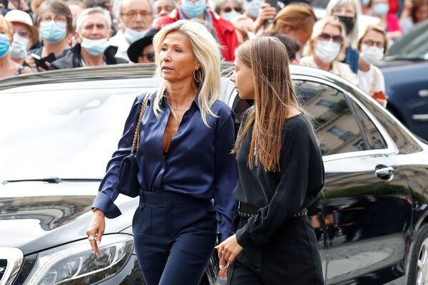 La hija menor del actor, Stella Belmondo, junto a su madre, Natti Tardivel. - Sputnik Mundo