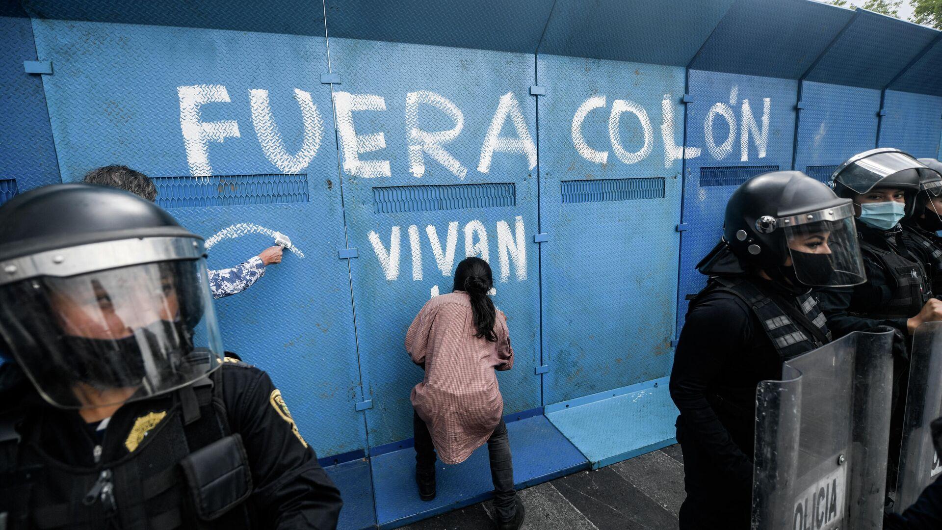 Grafiti contra la estatua de Colón en Ciudad de México - Sputnik Mundo, 1920, 11.09.2021