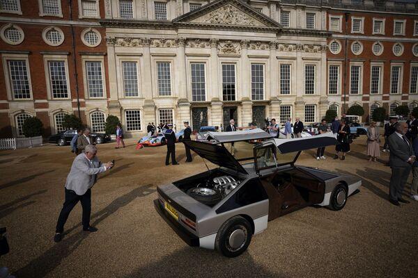 Existe solo un ejemplar del Aston Martin Bulldog, que en 1979 fue concebido por la marca británica como concepto. Ahora, después de haber pasado 35 años en almacenamiento y en manos de múltiples coleccionistas, este vehículo único ha sido restaurado y presentado en Londres.  - Sputnik Mundo