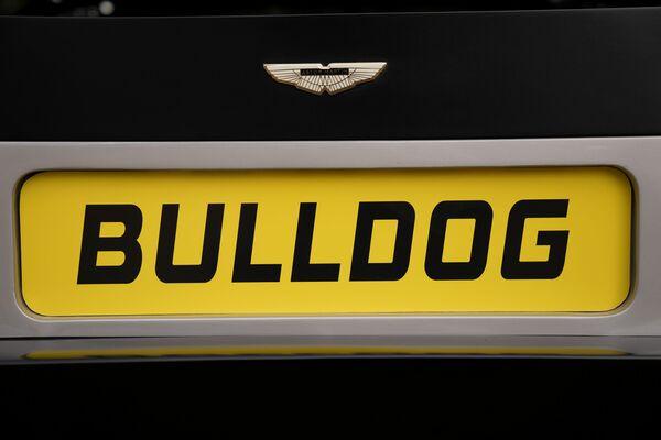 Originalmente fue diseñado para ser el coche más rápido del mundo entre los fabricados en serie. Así, en una prueba en pista cerrada logró llegar hasta una velocidad de 302 km/h y Aston Martin planeaba que pudiera llegar hasta los 380 km/h. - Sputnik Mundo