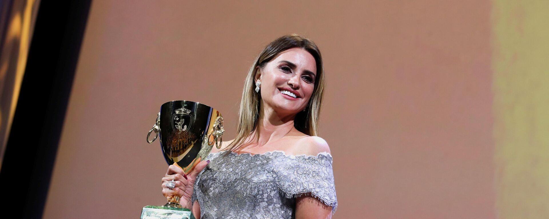 Penélope Cruz, actriz española, recibe la Copa Volpi a la Mejor Actriz en el Festival de Cine de Venecia, el 11 de septiembre del 2021 - Sputnik Mundo, 1920, 11.09.2021