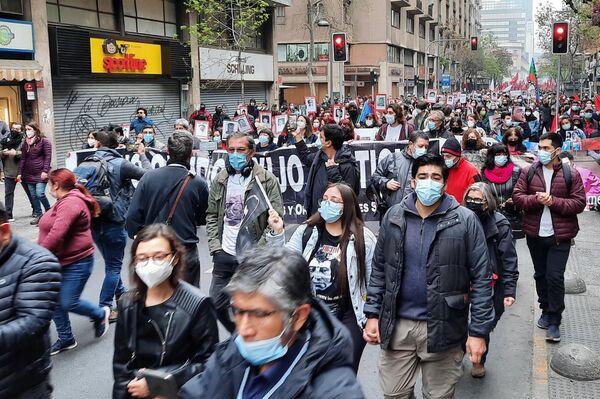Marcha contra el olvido de las víctimas de la dictadura chilena avanza por el centro de Santiago - Sputnik Mundo