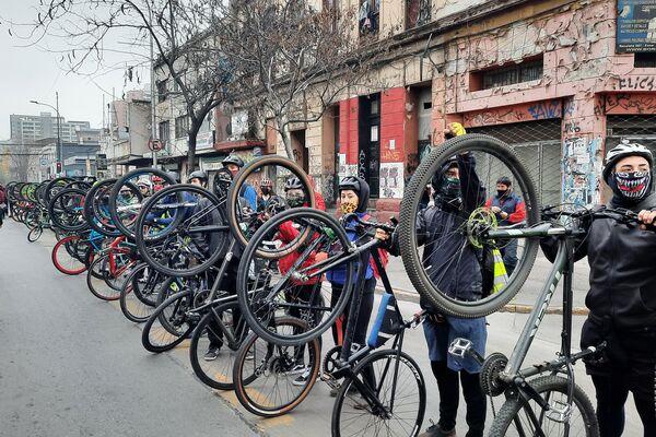 Un grupo de ciclistas hace guardia de honor por la víctimas de ayer y hoy en Chile - Sputnik Mundo