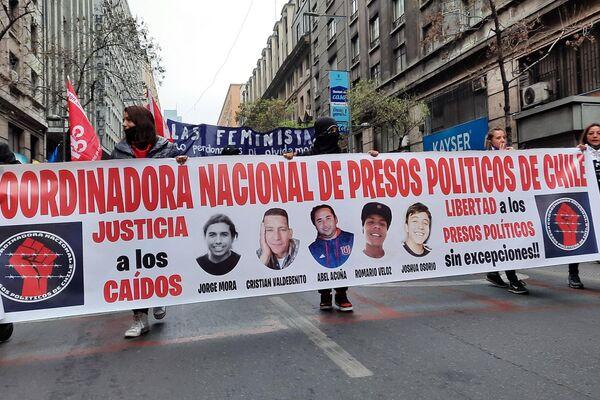 Lienzo de la coordinadora nacional de presos políticos de Chile, durante la marcha por el 48 aniversario del golpe de Estado a Salvador Allende - Sputnik Mundo