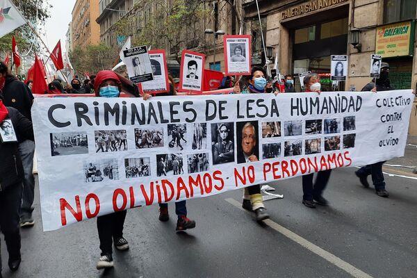 Lienzo con los rostros de los criminales de la dictadura chilena y la frase no olvidamos, no perdonamos - Sputnik Mundo
