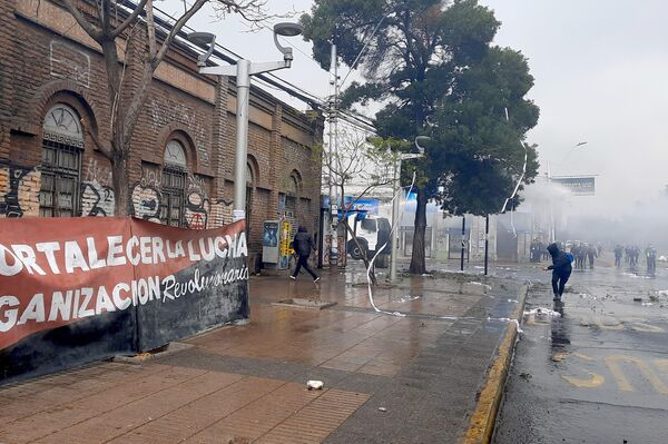Carro lanza agua a los manifestantes a las afueras del cementerio general de la capital chilena, en medio de la conmemoración del 48 aniversario del golpe de Estado a Salvador Allende - Sputnik Mundo