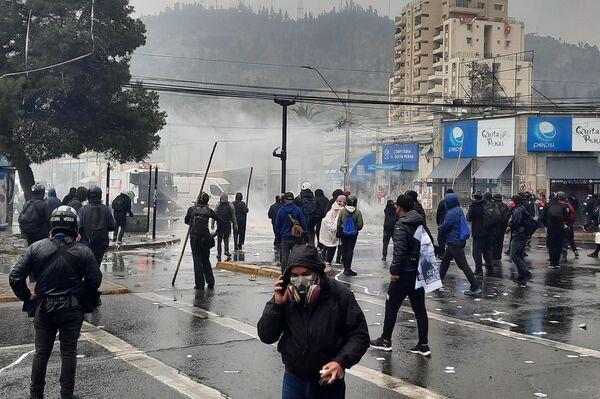 Enfrentamientos entre la Policía y manifestantes, en las afueras del cementerio general, durante la conmemoración del 48 aniversario del golpe de Estado a Salvador Allende - Sputnik Mundo