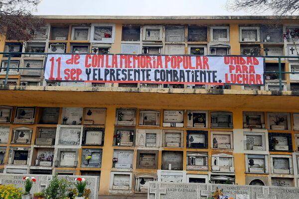 Pancarta en homenaje a Salvador Allende, en el interior del cementerio de la capital chilena  - Sputnik Mundo