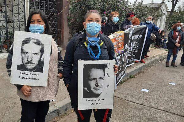 Familiares de víctimas de la dictadura chilena, en el cementerio de la capital del país - Sputnik Mundo