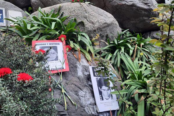 Flores y carteles en el memorial de los ejecutados, detenidos y desaparecidos durante la dictadura chilena  - Sputnik Mundo