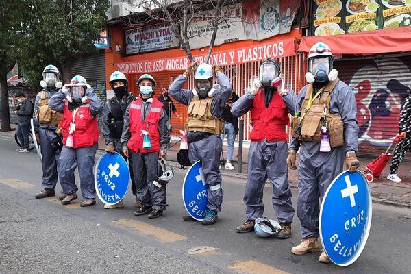 Una brigada sanitaria asiste a la marcha para recordar a las víctimas de la dictadura en Chile - Sputnik Mundo