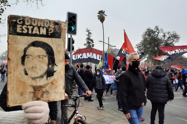 Cartel antiguo con la imagen de un desaparecido durante la dictadura chilena - Sputnik Mundo