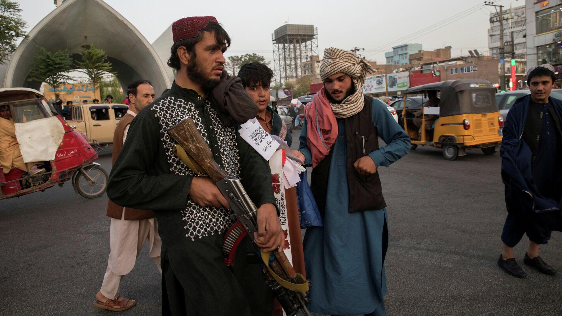 Soldados talibanes en una calle en Herat, Afganistán, 10 de septiembre de 2021 - Sputnik Mundo, 1920, 12.10.2021
