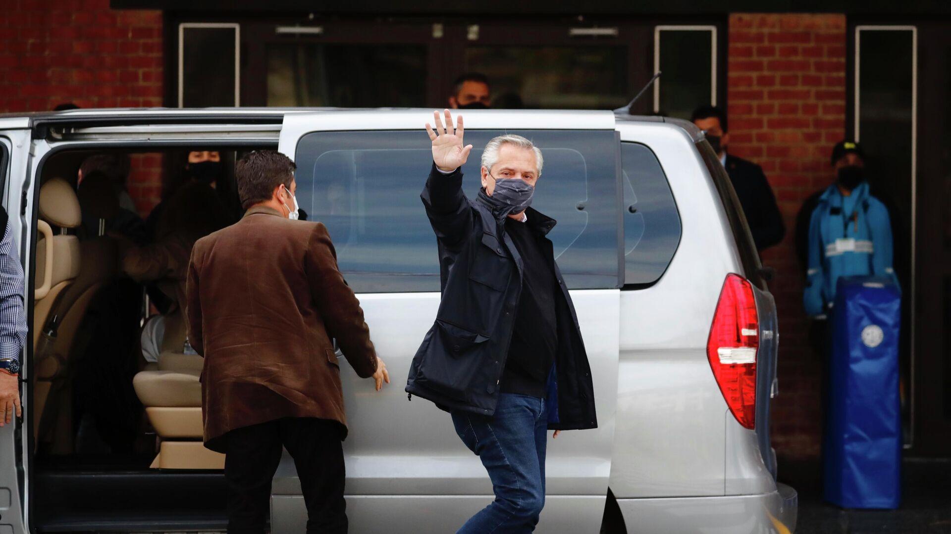 El presidente de Argentina, Alberto Fernández, llega al colegio electoral situado en el barrio de Puerto Madero, en Buenos Aires, para emitir su voto en las Elecciones Primarias Abiertas, Simultáneas y Obligatorias, el 12 de septiembre de 2021 - Sputnik Mundo, 1920, 15.09.2021