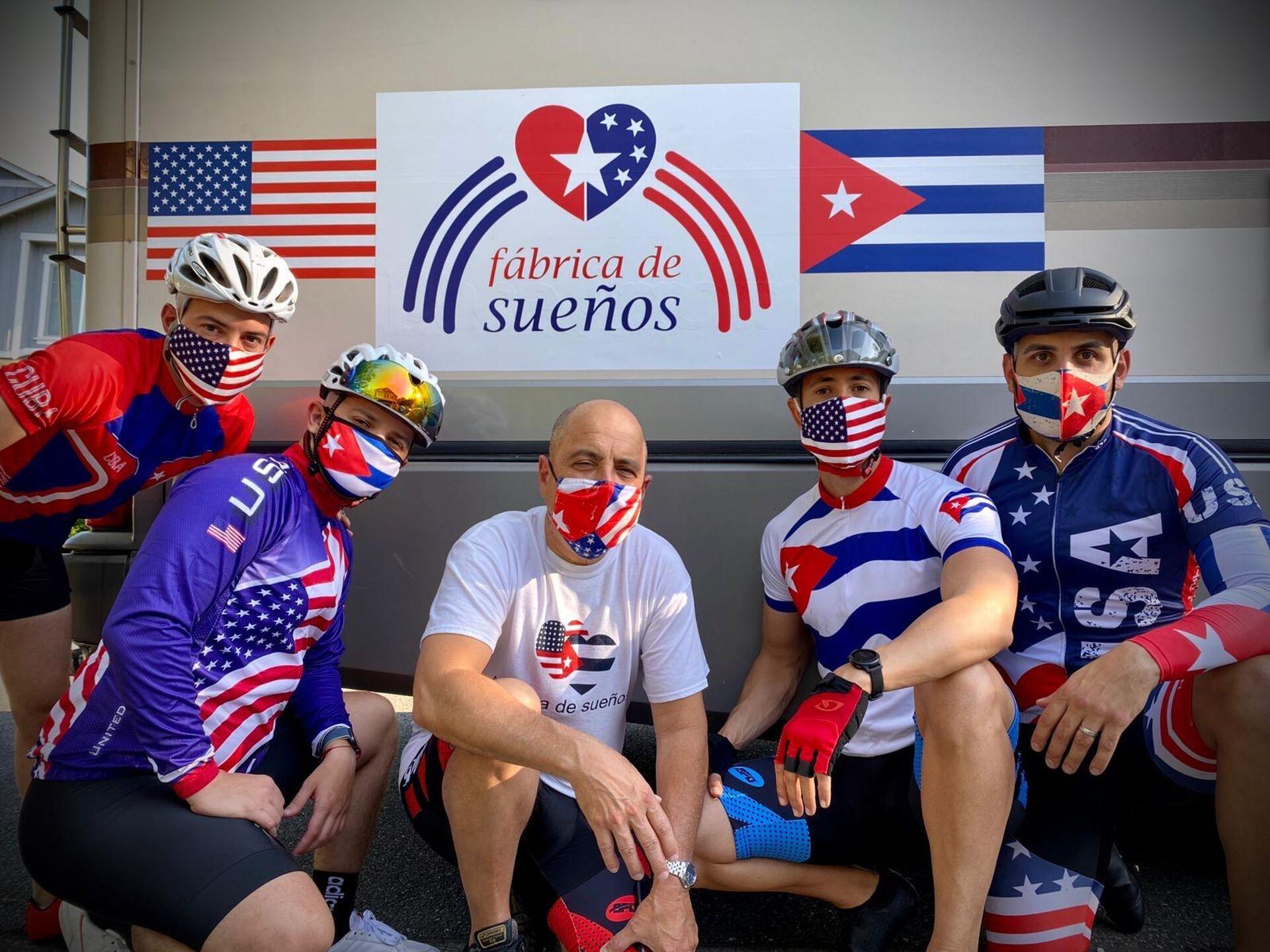 Carlos Lazo (centro) y un grupo de ciclistas de la travesía de la Fábrica de Sueños - Sputnik Mundo, 1920, 13.09.2021