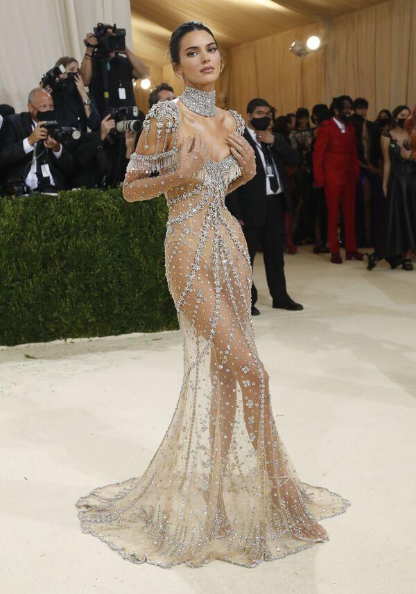 La modelo Kendall Jenner con un vestido con transparencias de Givenchy. - Sputnik Mundo