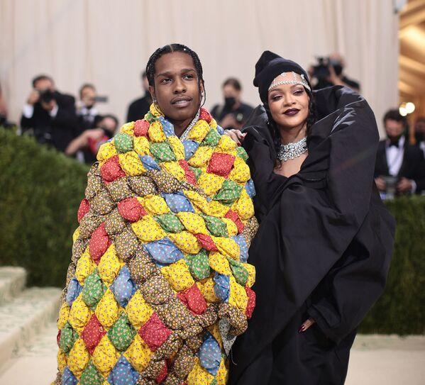 La cantante Rihanna luce un vestido de Balenciaga y joyas de Bvlgari. - Sputnik Mundo