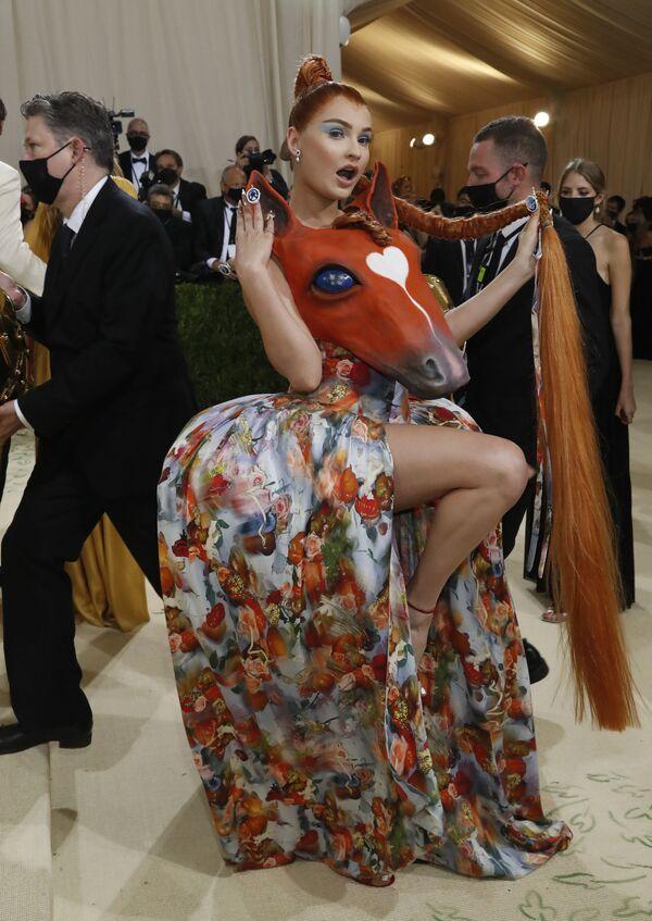 La cantante alemana Kim Petras con un vestido con forma de cabeza de caballo de Collina Strada. - Sputnik Mundo