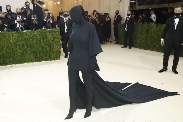 Kim Kardashian con un conjunto de Balenciaga. Este atuendo se convirtióen material de memes para los internautas en las redes sociales. - Sputnik Mundo