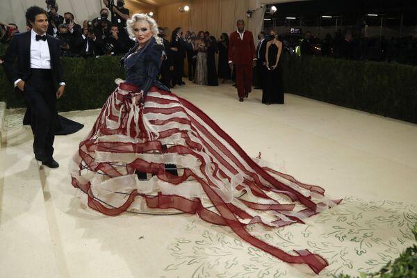 El diseñador de moda estadounidense Zac Posen y la cantante estadounidense Debbie Harry con trajes de diseño propio también asistieron a la Gala del Met 2021. - Sputnik Mundo