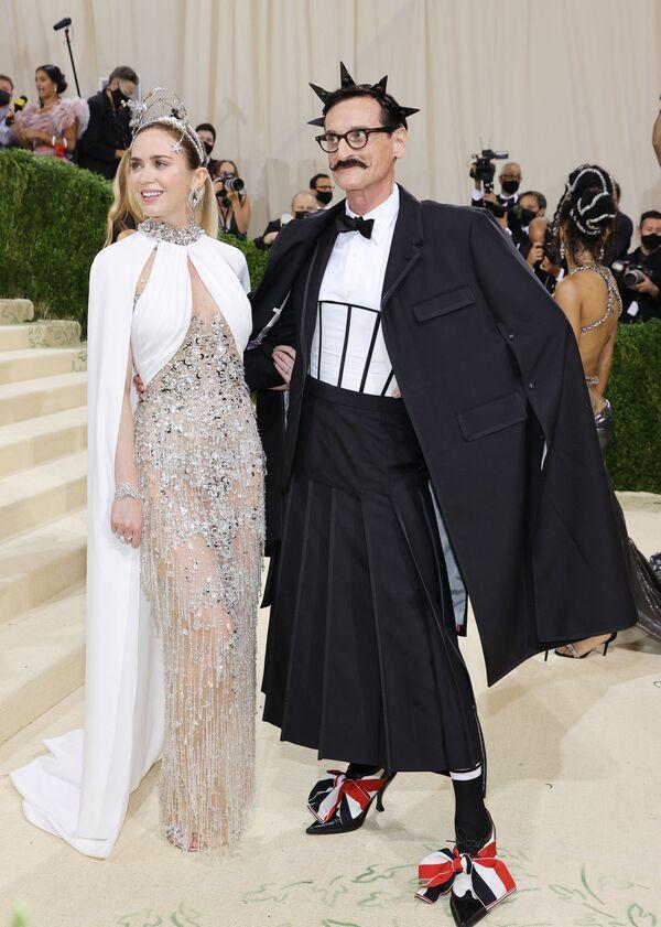 El editor internacional de Vogue y asesor creativo del Museo Metropolitano de Arte, Hamish Bowles, y la actriz Emily Blunt con trajes diseñados por Miu Miu. - Sputnik Mundo