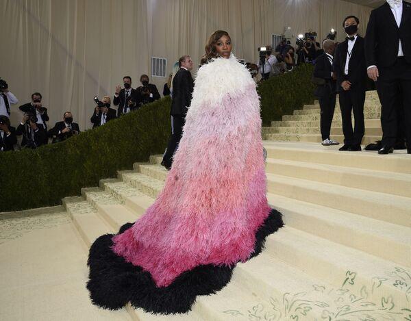 La tenista Serena Williams con un traje de Gucci. - Sputnik Mundo