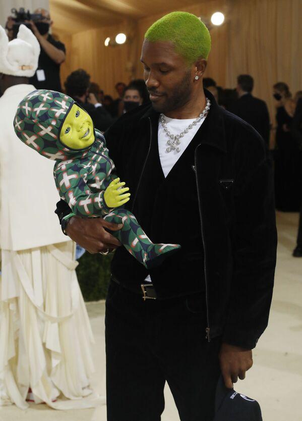 El músico y fotógrafo Frank Ocean vistióun traje de Prada. - Sputnik Mundo