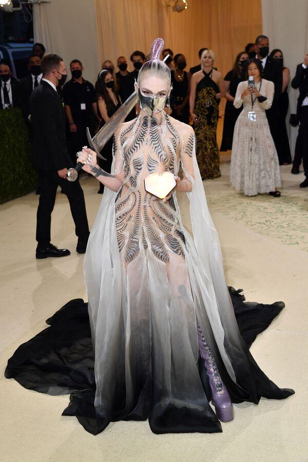 La cantante canadiense y pareja de Elon Musk, Grimes, con un vestido semitransparente de Iris van Herpen. - Sputnik Mundo