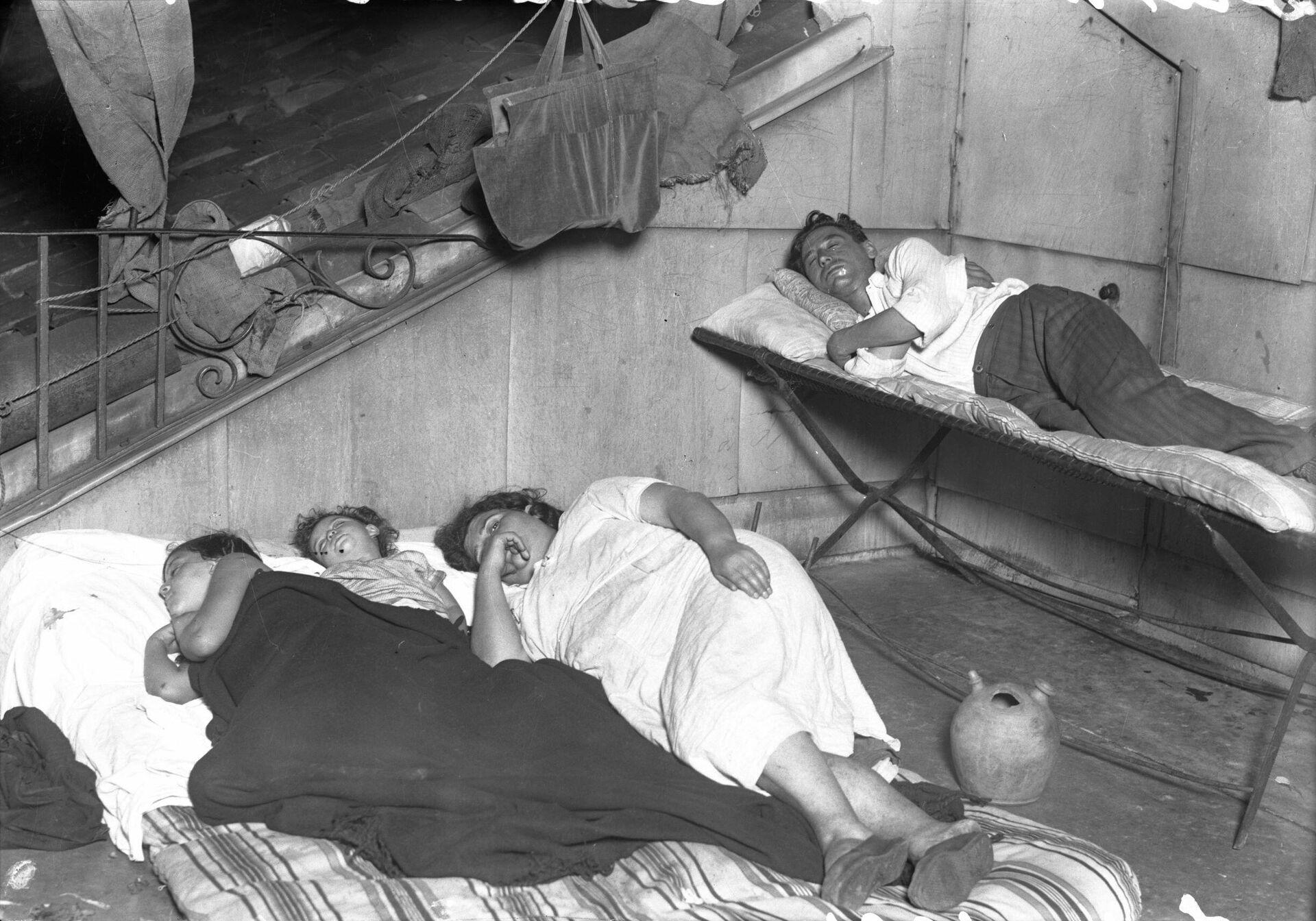 Familia durmiendo en una azotea. Madrid, 1934 - Sputnik Mundo, 1920, 17.09.2021