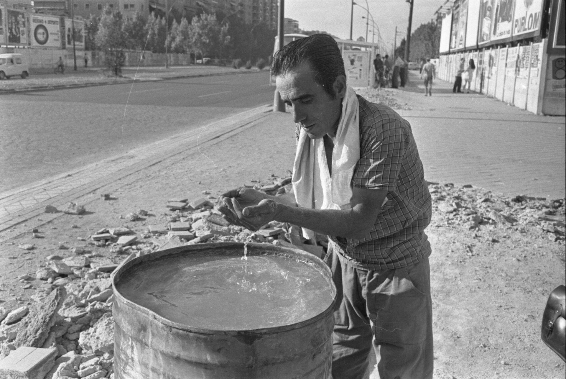 Obrero de la construcción refrescándose en un bidón. Madrid, 1954 - Sputnik Mundo, 1920, 17.09.2021