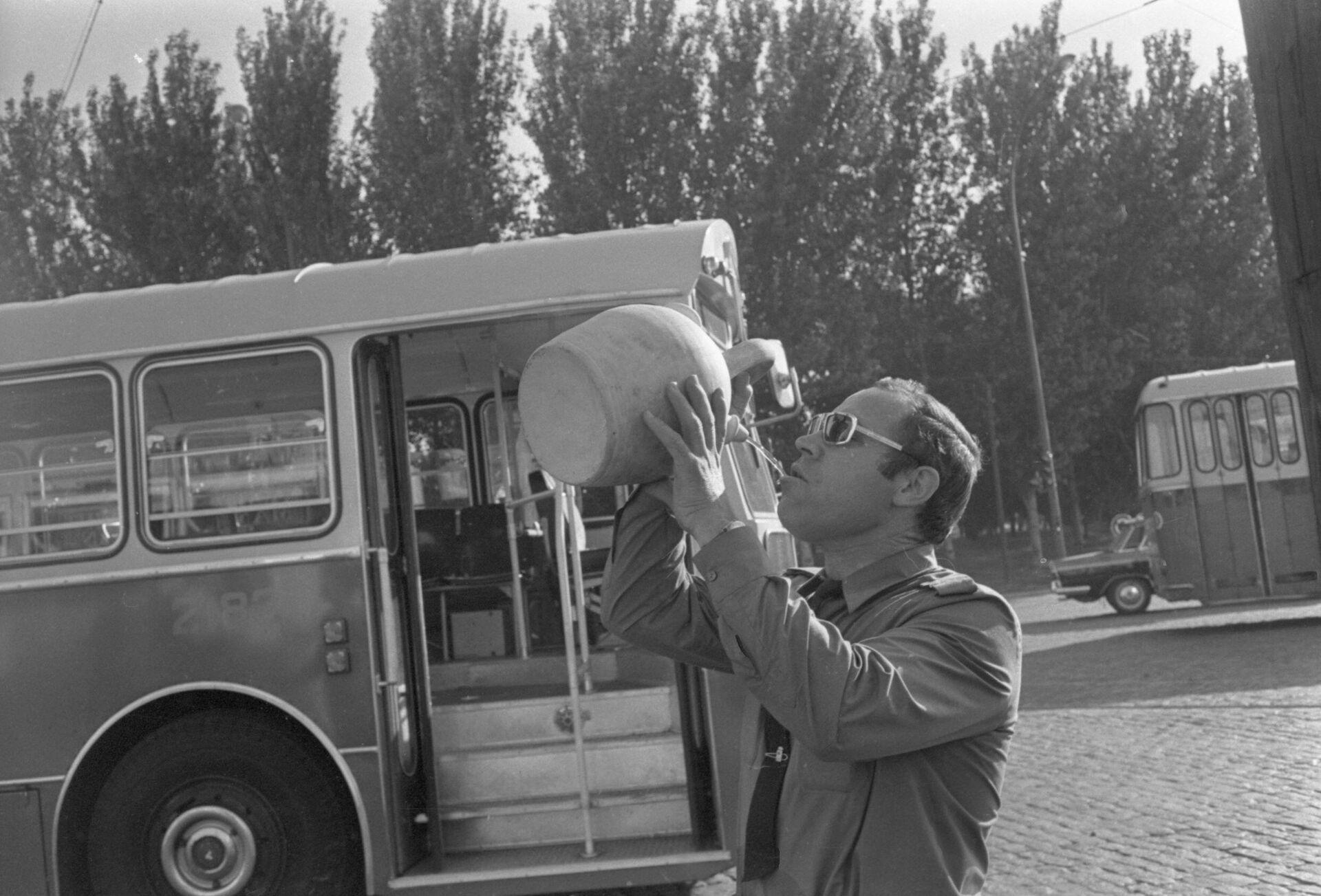 Conductor de autobús refrescándose con un botijo. Madrid, 1972 - Sputnik Mundo, 1920, 17.09.2021