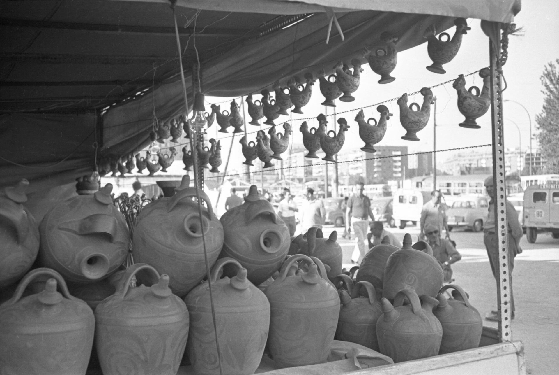 Puesto callejero de botijos. Madrid, 1972 - Sputnik Mundo, 1920, 17.09.2021