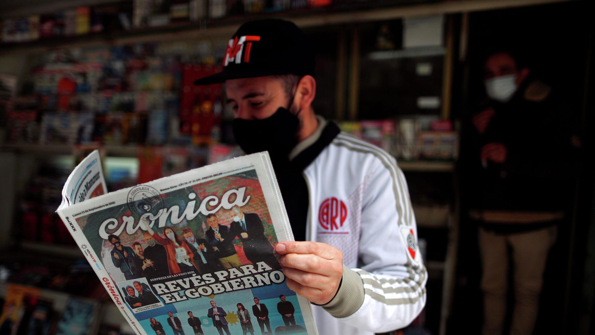 Un hombre lee un periódico con los resultados de las elecciones primarias en Argentina - Sputnik Mundo, 1920, 14.09.2021