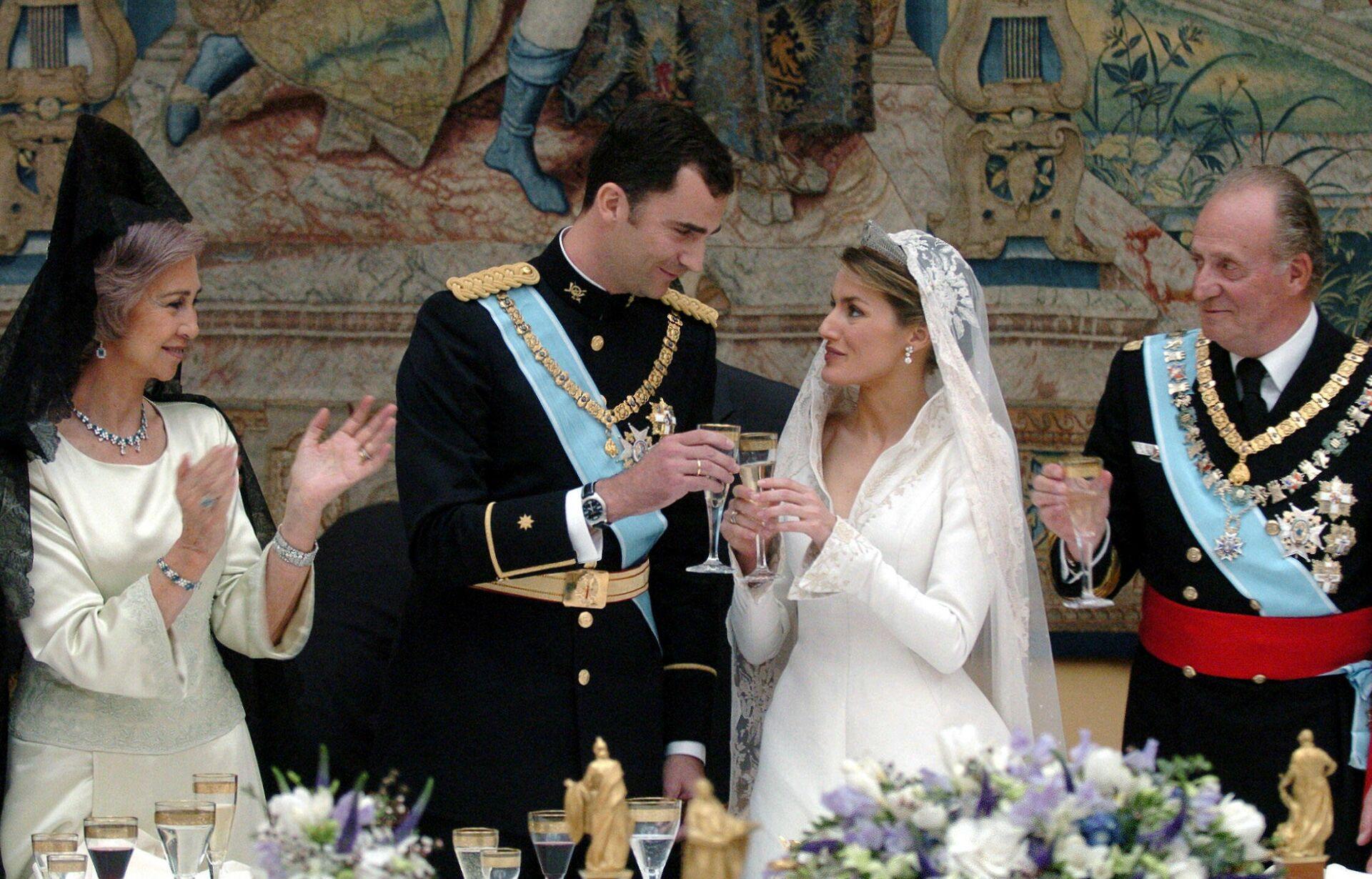 Recepción en el Palacio Real de Madrid tras la boda entre Felipe de Borbón y Letizia Ortiz - Sputnik Mundo, 1920, 15.09.2021