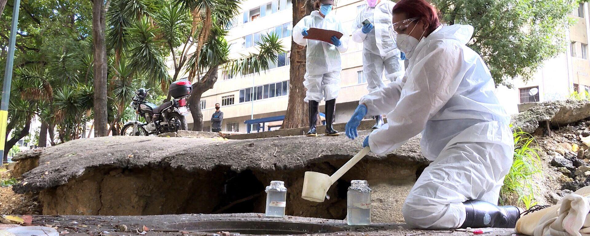 Investigadoras venezolanas monitorean una alcantarilla en Caracas durante el inicio del proyecto Detección de SARS-CoV-2 en aguas servidas - Sputnik Mundo, 1920, 15.09.2021