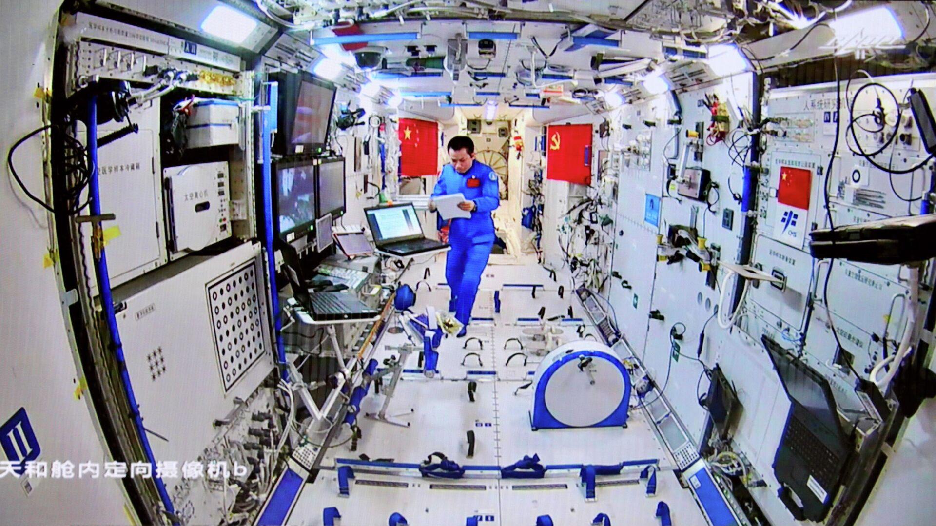 Un astronauta chino en la nave Shenzhou-12 - Sputnik Mundo, 1920, 16.09.2021