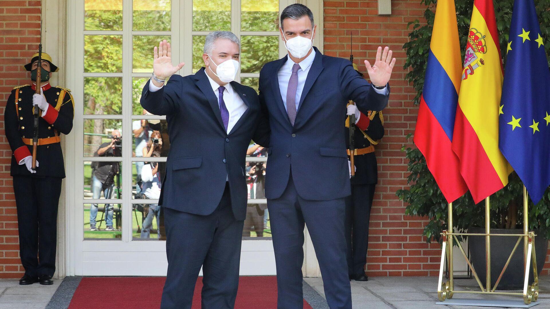 El presidente del Gobierno, Pedro Sánchez (d), y el presidente de la República de Colombia, Iván Duque, saludan en el Palacio de la Moncloa - Sputnik Mundo, 1920, 16.09.2021
