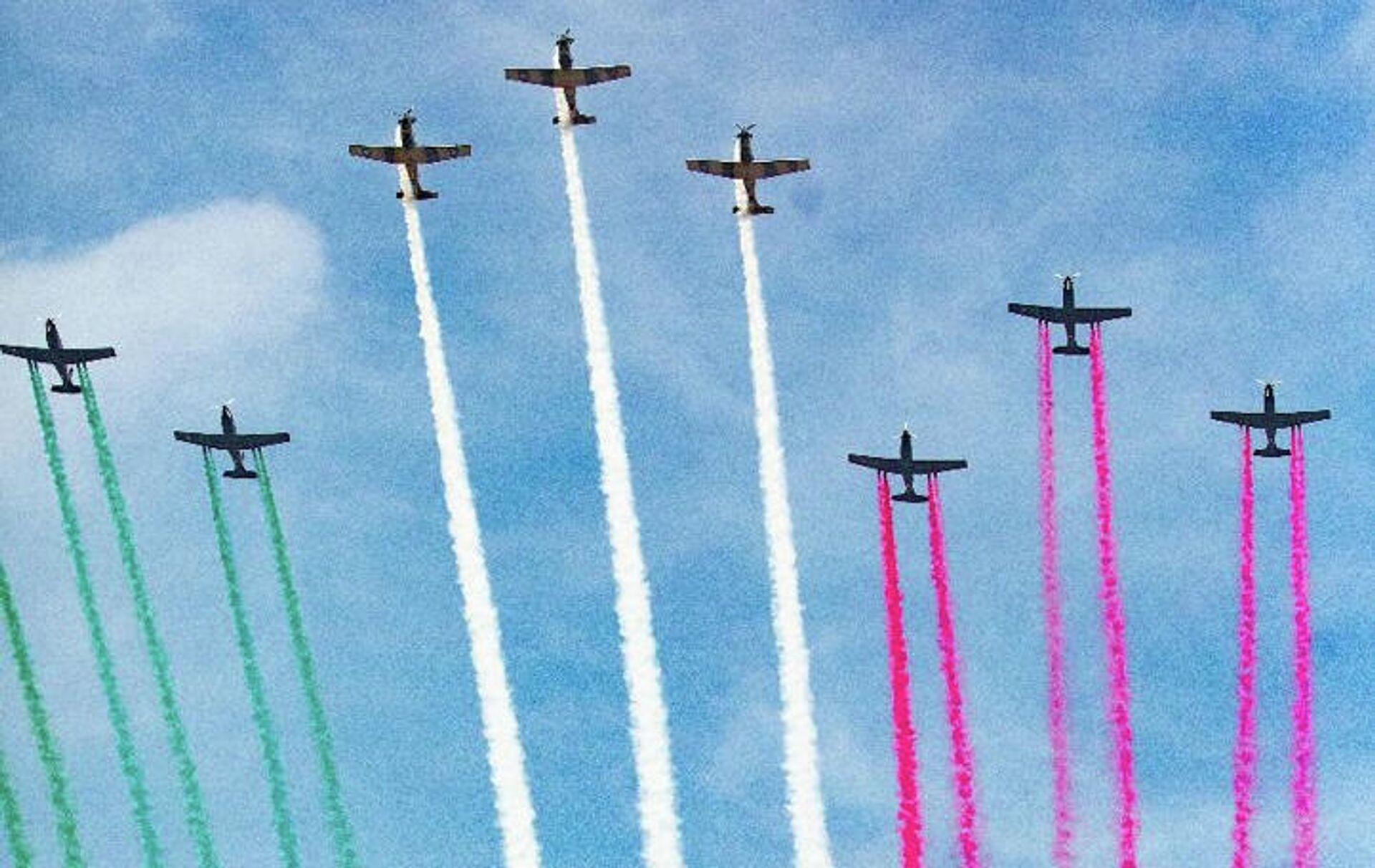 Aviones militares pintaron en el cielo la bandera de México - Sputnik Mundo, 1920, 16.09.2021