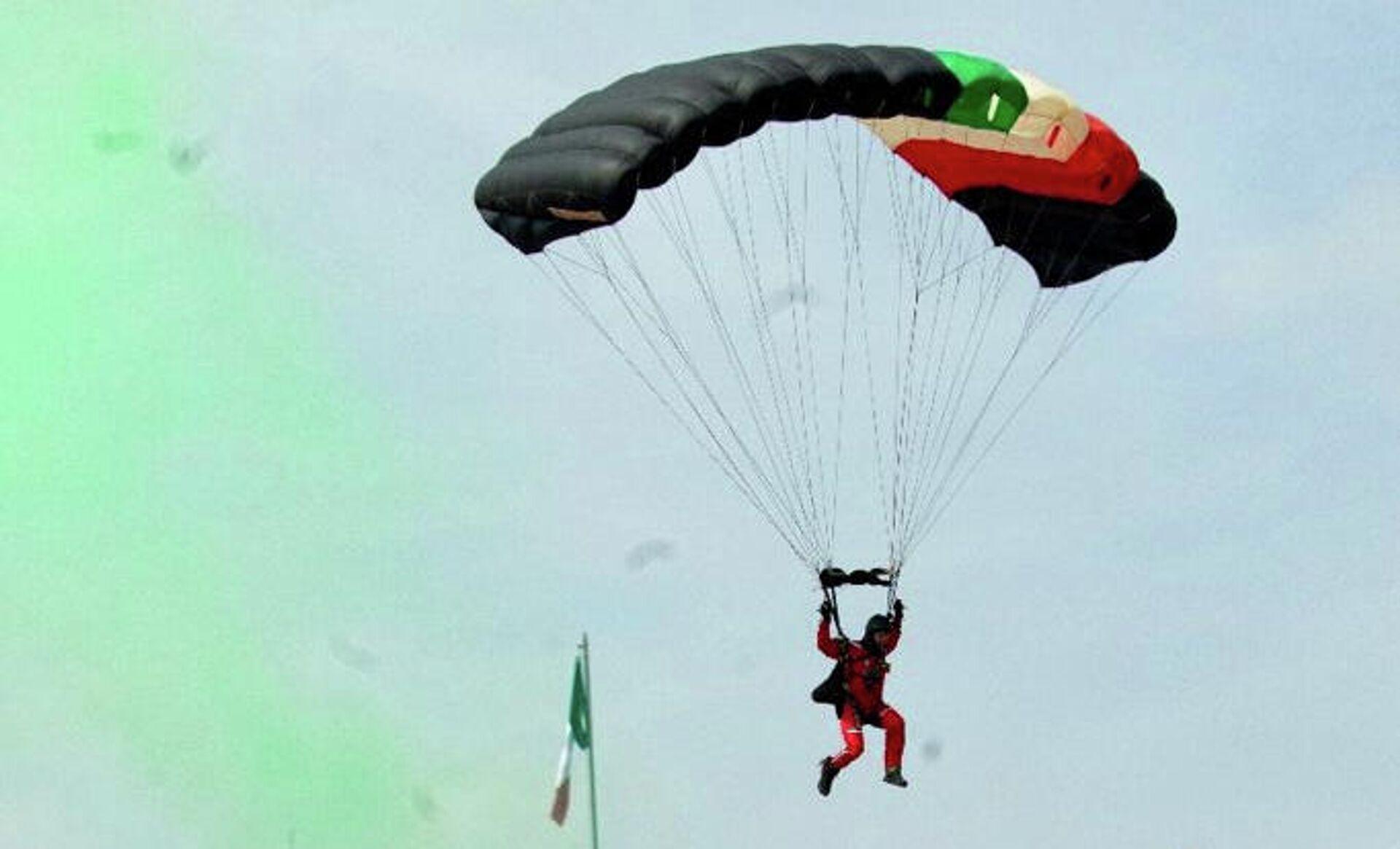 Militares realizaron un salto en paracaídas de más de 6.000 pies de altura  - Sputnik Mundo, 1920, 16.09.2021