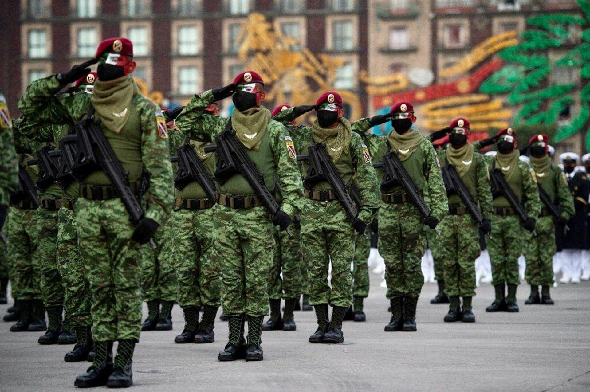 Militares pintaron su rostro con los colores de la bandera de México - Sputnik Mundo, 1920, 16.09.2021