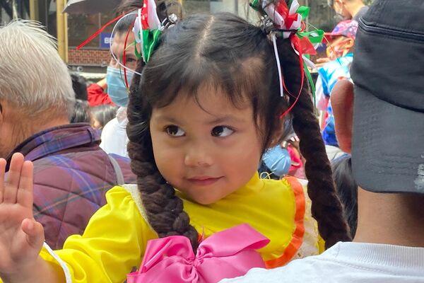 Una niña luce trenzas decorativas con los colores de la bandera mexicana, alusivas a las Fiestas Patrias  - Sputnik Mundo
