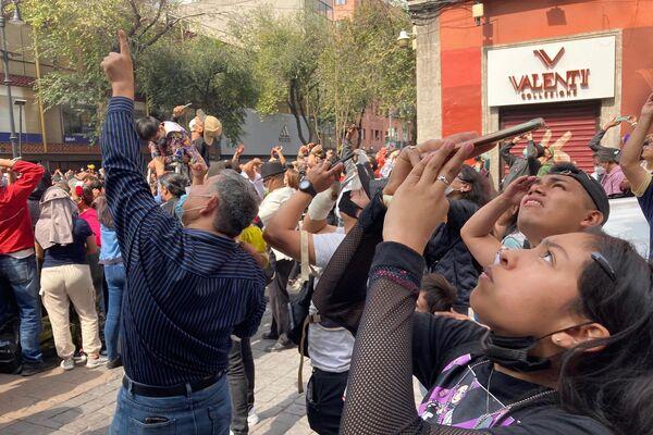 Público presente en el desfile militar mira la exhibición de aviones de la Fuerza Aérea mexicana - Sputnik Mundo