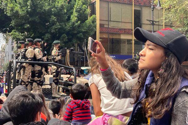 El público asistente al desfile militar aplaudió y fotografió a los efectivos que desfilaron durante más de dos horas, partiendo del Zócalo por la calle 5 de mayo  - Sputnik Mundo