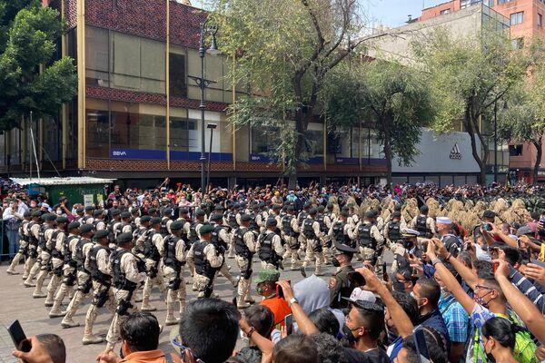 Más de 15,000 efectivos militares del Ejército, Marina y Fuerza Aérea, además de la Guardia Nacional desfilaron desde el Zócalo capitalino al Campo Marte para celebrar el 211 aniversario de vida independiente de México   - Sputnik Mundo